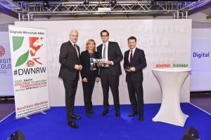 Gewinner des DWNRW Award 2015 in der Kategorie Mittelstand/Handel: GTP Schäfer GmbH. v.l.n.r. Minister Garrelt Duin, Laudatorin Stefanie Kemp, Preisträger Jörg Schäfer, BDW Tobias Kollmann © Olaf-Wull Nickel