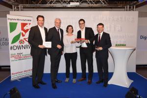 Gewinner des DWNRW Award 2015 in der Kategorie Großunternehmen: Metro AG. v.l.n.r. Laudator Prof. Dr. Klemens Skibicki, Minister Garrelt Duin, Preisträger Dr. Gaby Riedmann und Fabio Ziemssen (Metro Business Innovation), BDW Tobias Kollmann © Olaf-Wull Nickel