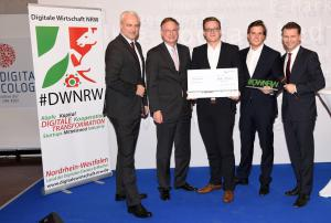 Gewinner des DWNRW Award 2015 in der Kategorie Startups: evopark GmbH. v.l.n.r. Ministrer Garrelt Duin, NRW.BANK-Vorstandsmitglied Michael Stölting, evopark Gründer Sven Lackinger und Marik Hermann, BDW Prof. Tobias Kollmann © Olaf-Wull Nickel